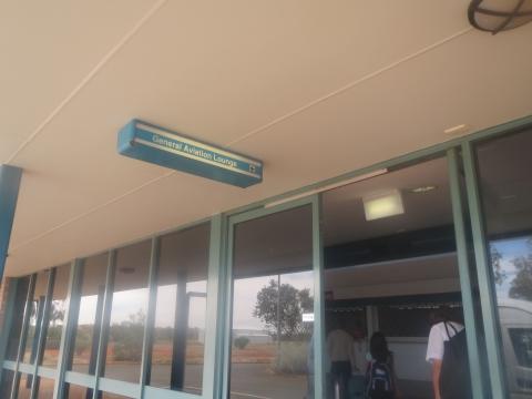 まずはOFFICEへ。エアーズロック空港に隣接