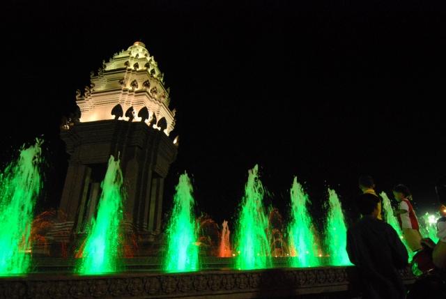 ライトアップされた夜の独立記念塔