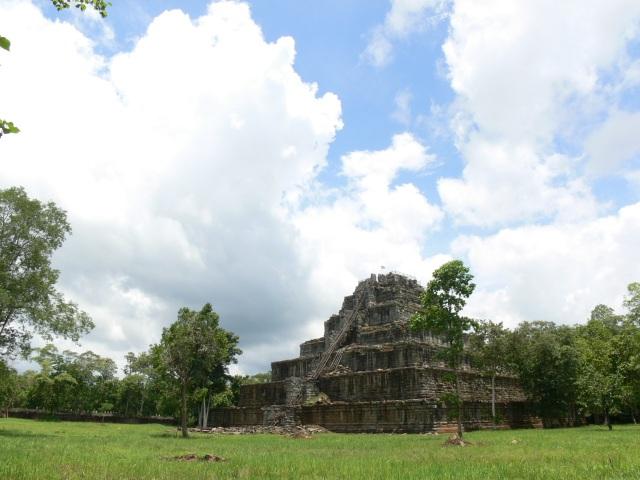 7段ピラミッド型の寺院「プラサット・トム」
