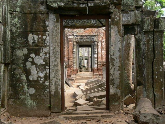 カンボジアの歴史を肌で感じられます