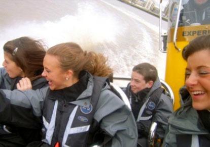高速ボートでスリル満点!!