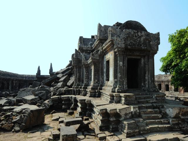 タイとカンボジアの国境にそびえるプレアヴィヒア寺院