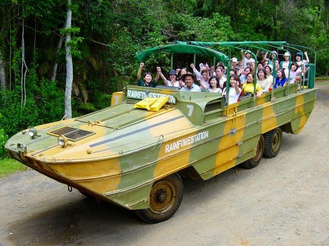 第二次世界大戦時に製造された水陸両用車アーミーダック