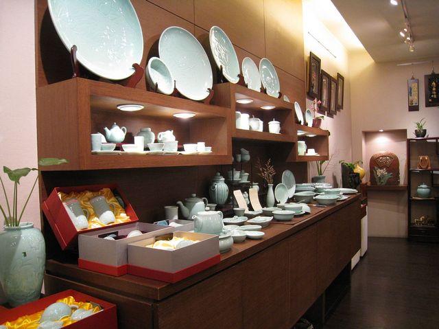 様々な陶器が並びます