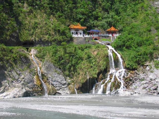 太魯閣渓谷の工事で殉職された方を祀る長春祠の滝