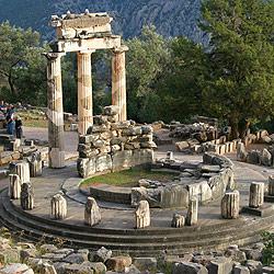 アテナ聖域に残る円形神殿(トロス)