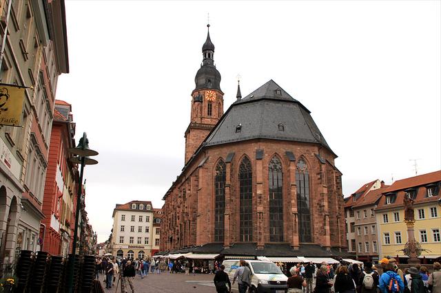 16世紀に完成した聖霊教会。多彩なステンドグラスと15世紀に描かれたフレスコ画が有名。