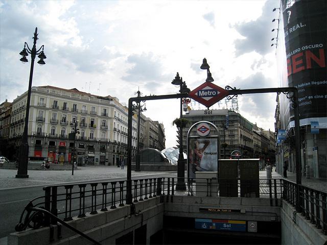 地下鉄など公共交通機関を利用します