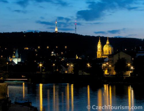 夜のプラハ城