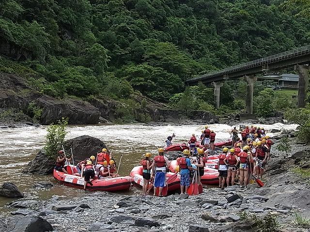 みんなで力を合わせてボートを川に運びます