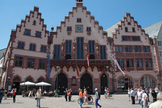歴史的中心地「レーマー広場」と木組みの可愛い旧市庁舎