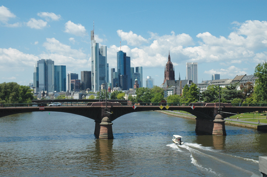 フランクフルトの高層ビルの街並みとマイン川