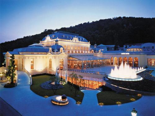 ライトアップされた夕暮れ時のバーデン・バーデン フランクフルト ドイツで最も有名な美しい温泉保養