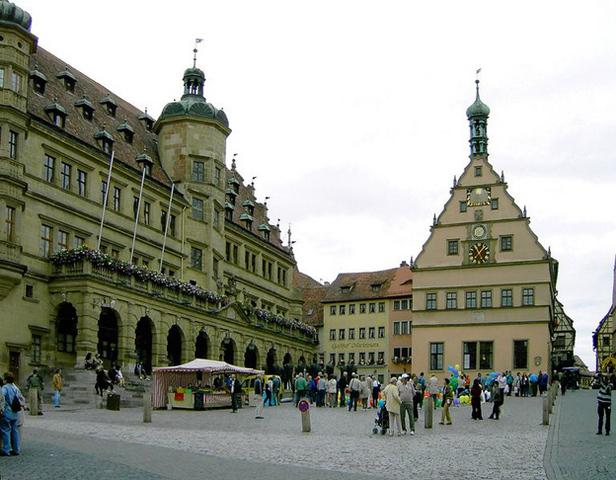 ゴシック様式の聖ヤコブ教会。教会内の聖血祭壇と十二使徒祭壇は有名
