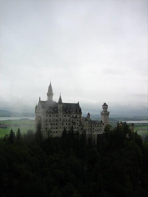 ヨーロッパで最も人気、霧に浮かぶ白亜の城