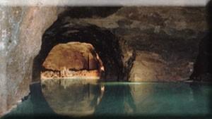 連なる洞窟の岸壁を進みます