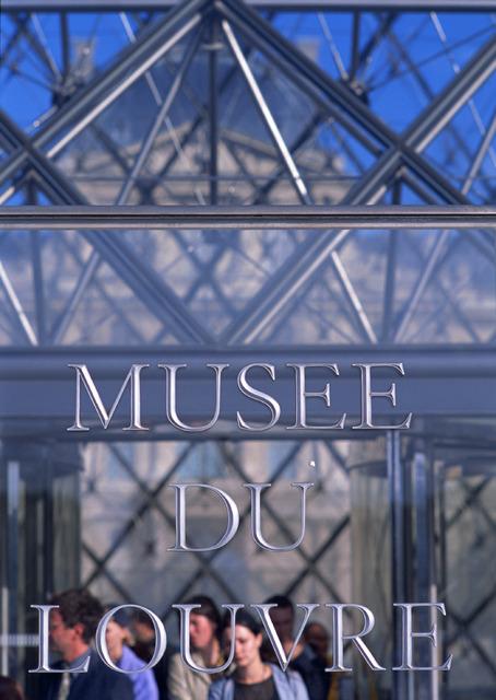ルーブル美術館のエントランス