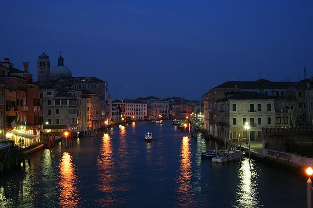 水辺にうつる情景はとてもロマンチック
