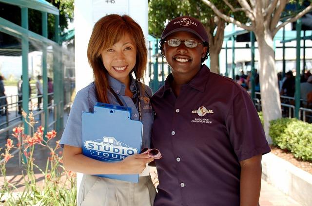 園内エスコートサービス日本語案内のチサさん(左)