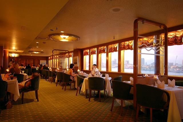 船内の高級レストラン、チェルシー