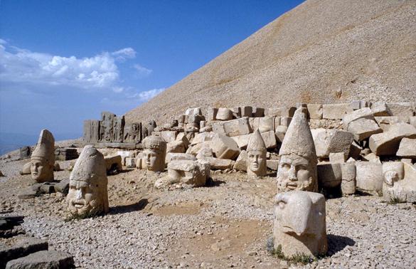 いくつも石の銅像が横たわっています