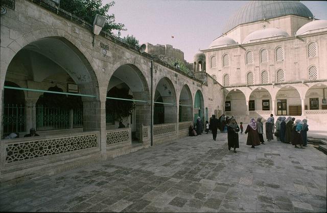 アブラヒムが生まれたという洞窟近くのメヴリッド・ハリル・モスク