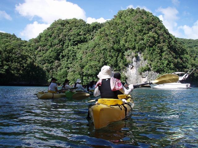 水面をすいすいカヌーで移動