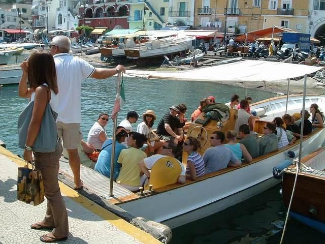マリーナグランデで小さなボートに乗り換えて青の洞窟へ