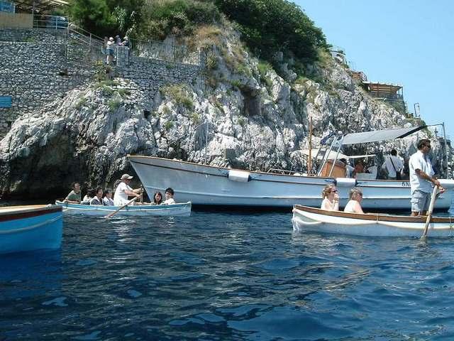 青の洞窟前で更に小さな手漕ぎボートに乗り換えて青の洞窟へ