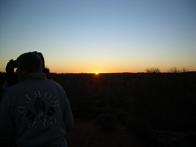 地平線に太陽が沈む