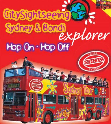 赤いオープントップバスが目印