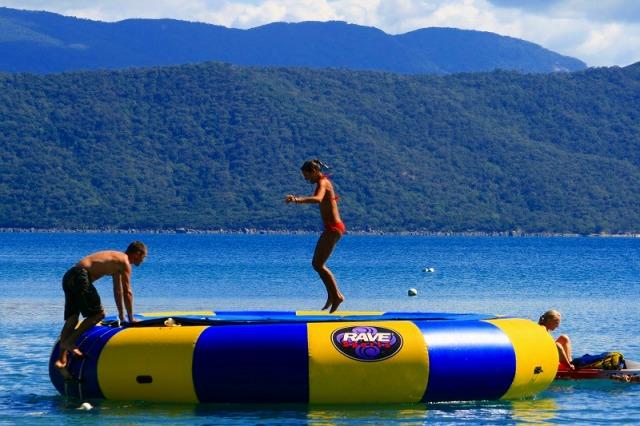 水上トランポリンでジャンプして海に飛び込む瞬間が最高