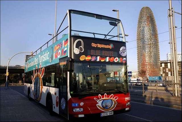 オープントップバスで風を切りながらバルセルナの街を回ります。