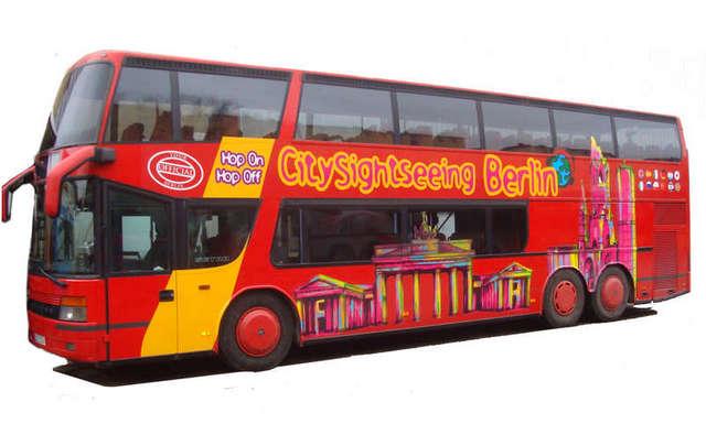 赤いバスが目印