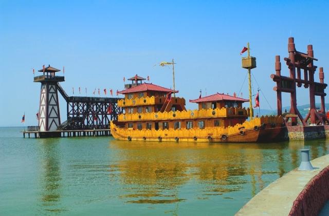 太湖に浮かぶ昔の船の模型