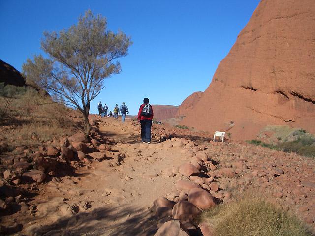 アウトバックらしいゴツゴツとした赤土と岩肌