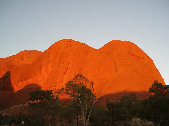 夕日に照らされて真っ赤に染まるエアーズロック