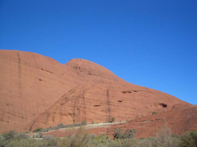 アウトバックの真っ青な空と赤い岩壁のコントラスト