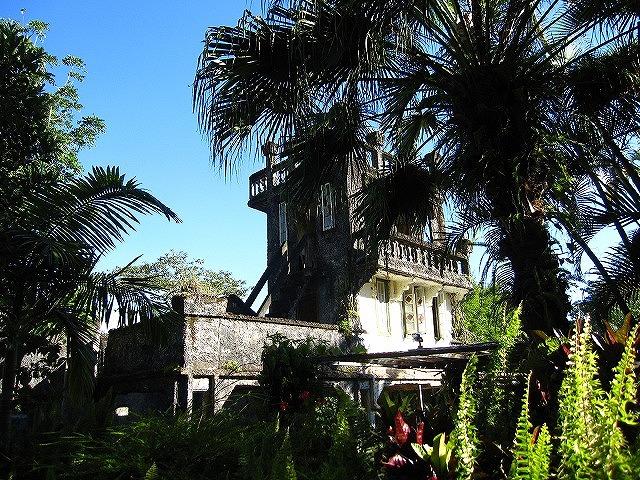 木々に囲まれた古城は雰囲気たっぷり
