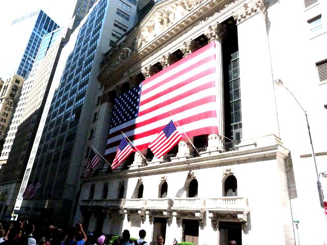 ニューヨーク証券取引所には大きな星条旗