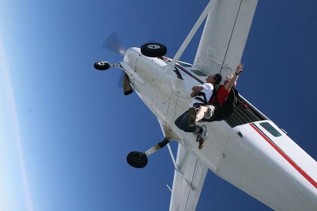 飛行機からジャンプ!一気に落下します