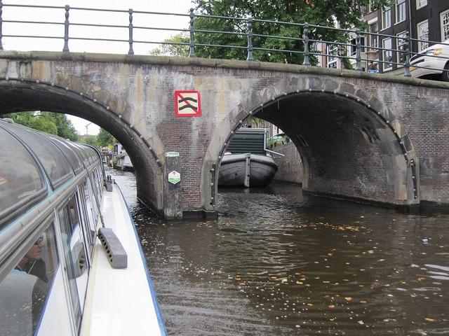 運河の橋をくぐり