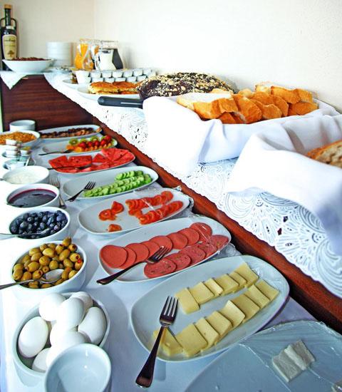 ビュッフェスタイルの朝食付き