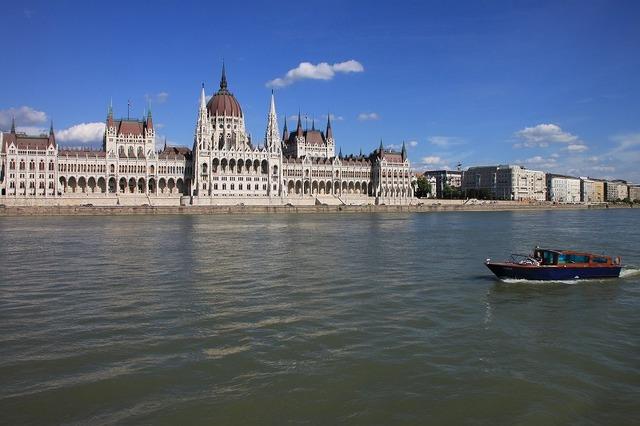 ドナウ川から国会議事堂を望む