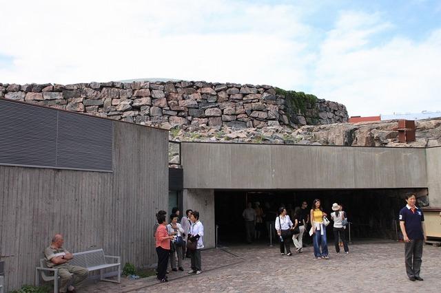 テンペリアウキオ教会の入り口 岩で覆われている