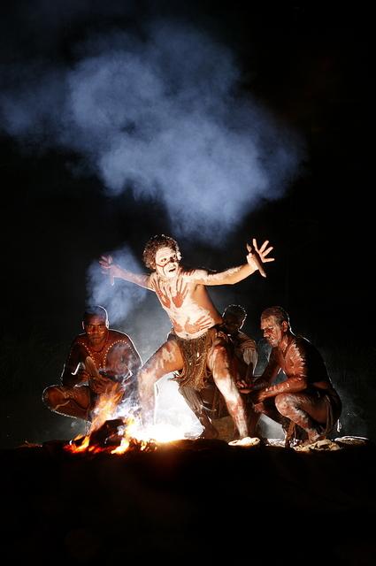 炎に照らされるアボリジニたちの神聖な姿!