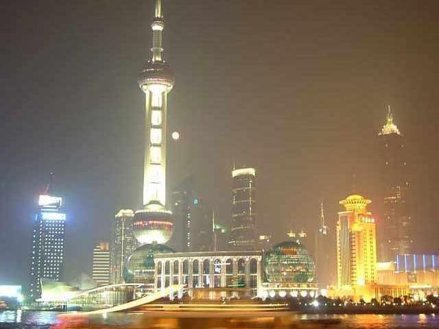 ライトアップされた高層ビル群が立ち並んでいます
