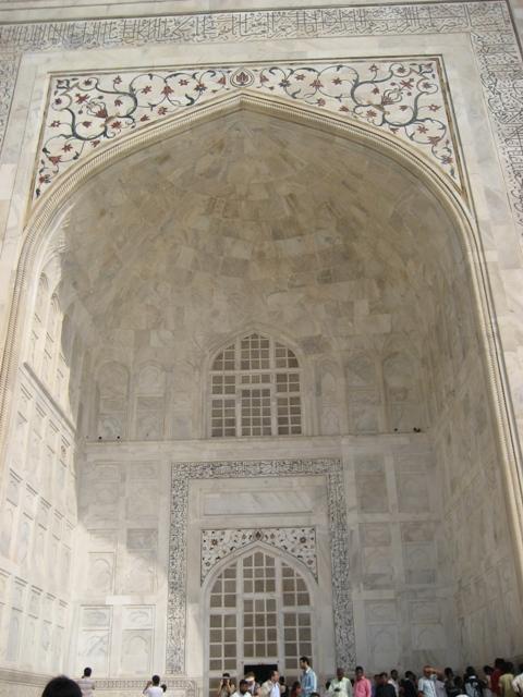 白大理石に貴石で装飾された豪華な造りのタージマハール