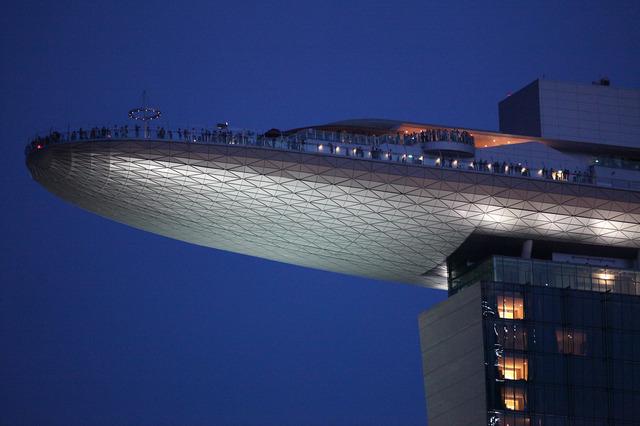 67mせり出してます!高さは200m(写真提供:シンガポール政府観光局)
