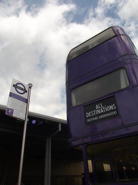 紫色の3階建てバス